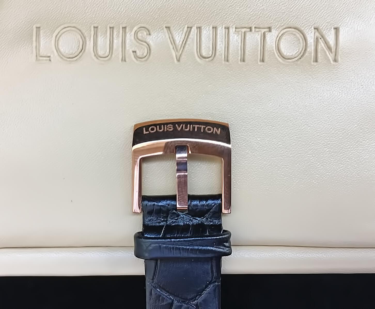 Классическая застежка на копии женских часов Louis Vuitton