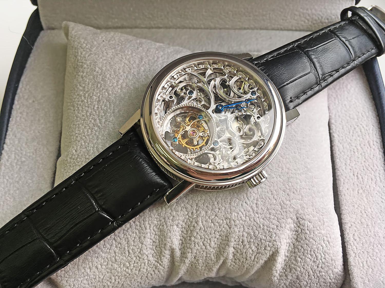 Кстати, принести в скупку можно не только наручные, но и карманные, песочные, настенные, напольные и каминные часы.